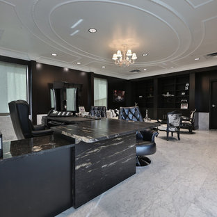 オースティンの広いトラディショナルスタイルのおしゃれな書斎 (大理石の床、暖炉なし、自立型机、グレーの床、黒い壁) の写真