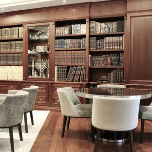 Diseño de despacho abovedado y madera, clásico renovado, de tamaño medio, madera, con paredes marrones, suelo de madera en tonos medios, escritorio independiente, suelo marrón y madera