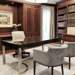 Imagen de despacho abovedado y madera, clásico renovado, de tamaño medio, madera, con paredes marrones, suelo de madera en tonos medios, escritorio independiente, suelo marrón y madera