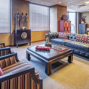 Diseño de despacho asiático, grande, con paredes marrones, moqueta, escritorio independiente y suelo beige