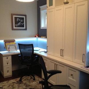 Ejemplo de despacho tradicional renovado, de tamaño medio, con escritorio empotrado, paredes grises, moqueta y suelo marrón