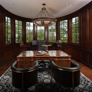 Foto di un grande ufficio chic con pareti marroni, nessun camino, scrivania autoportante, pavimento marrone e parquet scuro