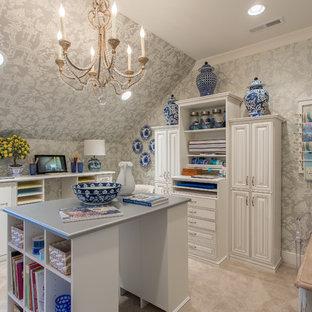 他の地域のトラディショナルスタイルのおしゃれなクラフトルーム (グレーの壁、カーペット敷き、暖炉なし、自立型机、ベージュの床) の写真