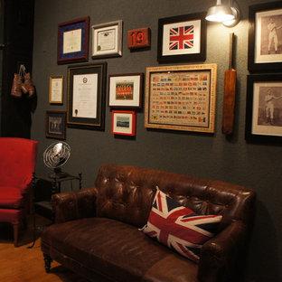 Mittelgroßes Stilmix Arbeitszimmer mit Arbeitsplatz, hellem Holzboden, freistehendem Schreibtisch und schwarzer Wandfarbe in Dallas