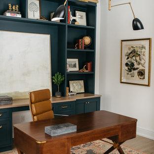 デトロイトのカントリー風おしゃれな書斎 (白い壁、無垢フローリング、自立型机、茶色い床) の写真