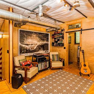60 tals inredning av ett litet hemmastudio, med gula väggar, plywoodgolv och gult golv