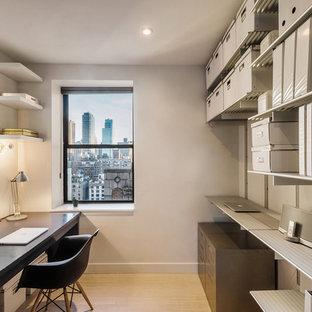 Diseño de despacho minimalista, pequeño, con paredes blancas, suelo de bambú y escritorio empotrado