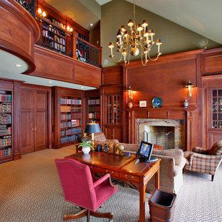 ニューヨークのトラディショナルスタイルのおしゃれなホームオフィス・仕事部屋 (ライブラリー、緑の壁、カーペット敷き、標準型暖炉、木材の暖炉まわり) の写真