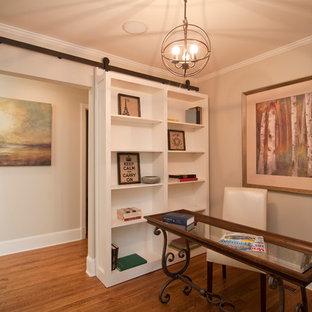ニューヨークの大きいカントリー風おしゃれな書斎 (グレーの壁、濃色無垢フローリング、自立型机、茶色い床) の写真