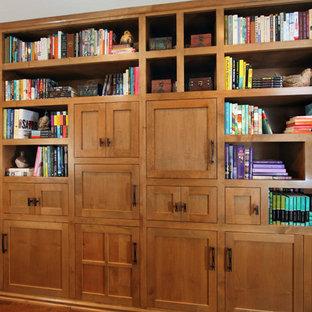 Aménagement d'un bureau craftsman de taille moyenne avec un mur marron, un sol en bois foncé, un sol marron, une cheminée standard et un manteau de cheminée en carrelage.