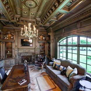 Immagine di un atelier classico di medie dimensioni con camino classico, cornice del camino in pietra, scrivania autoportante, pavimento in legno verniciato e pavimento giallo