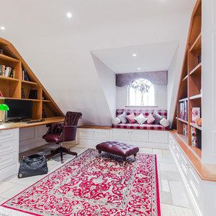 他の地域の中サイズのトランジショナルスタイルのおしゃれな書斎 (白い壁、ライムストーンの床、造り付け机、暖炉なし) の写真