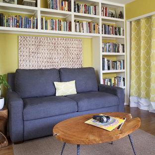 他の地域のトランジショナルスタイルのおしゃれなホームオフィス・仕事部屋 (黄色い壁) の写真