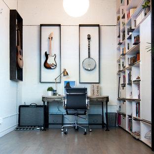 カルガリーの小さいコンテンポラリースタイルのおしゃれなアトリエ・スタジオ (白い壁、淡色無垢フローリング、自立型机、暖炉なし、茶色い床) の写真