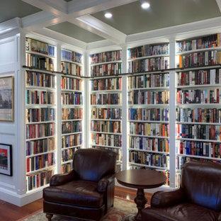 フィラデルフィアの中くらいのトラディショナルスタイルのおしゃれなホームオフィス・書斎 (ライブラリー、緑の壁、無垢フローリング、オレンジの床、格子天井、パネル壁) の写真
