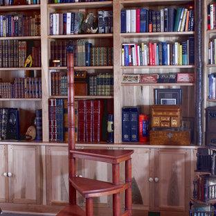 Immagine di un ufficio bohémian di medie dimensioni con pavimento in ardesia e scrivania incassata