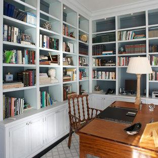 Idee per uno studio chic di medie dimensioni con libreria, pareti blu, parquet scuro, nessun camino, scrivania autoportante e pavimento marrone