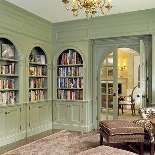 Пример оригинального дизайна: большой домашняя библиотека в классическом стиле с зелеными стенами, темным паркетным полом, отдельно стоящим рабочим столом и коричневым полом