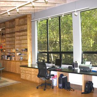 Idéer för små funkis hemmastudior, med vita väggar, korkgolv och ett inbyggt skrivbord
