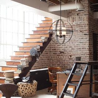 Идея дизайна: большая домашняя мастерская в стиле лофт с бетонным полом и отдельно стоящим рабочим столом без камина