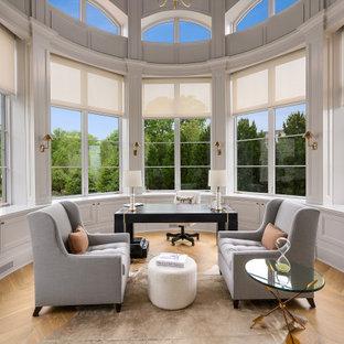 Exemple d'un bureau chic avec un mur blanc, un sol en bois brun, un bureau indépendant, un sol marron et du lambris.