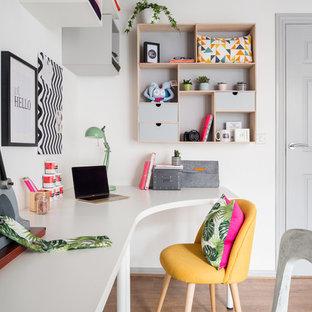 エディンバラの中くらいのエクレクティックスタイルのおしゃれなアトリエ・スタジオ (白い壁、ラミネートの床、暖炉なし、自立型机、茶色い床) の写真