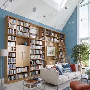 Esempio di un ampio studio tradizionale con libreria, pareti blu, moquette, scrivania incassata e pavimento beige