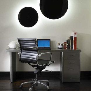 サンディエゴのコンテンポラリースタイルのおしゃれなホームオフィス・書斎 (白い壁、濃色無垢フローリング、自立型机、黒い床) の写真