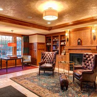 他の地域の大きいトラディショナルスタイルのおしゃれなホームオフィス・書斎 (ベージュの壁、ベージュの床) の写真