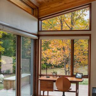 Пример оригинального дизайна: маленький кабинет в стиле ретро с белыми стенами, паркетным полом среднего тона и отдельно стоящим рабочим столом без камина