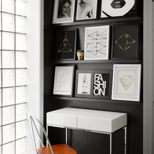 Modelo de despacho contemporáneo, pequeño, sin chimenea, con paredes negras, suelo de madera oscura, escritorio independiente y suelo marrón