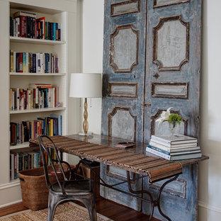 Immagine di uno studio shabby-chic style con pareti bianche, parquet scuro e scrivania autoportante