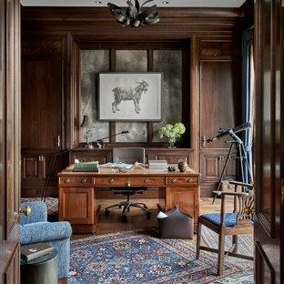 Cette photo montre un grand bureau chic avec un mur marron, un sol en bois clair, aucune cheminée et un bureau indépendant.