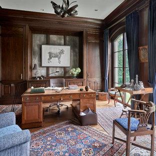 Ispirazione per un ampio ufficio chic con pareti marroni, parquet chiaro, nessun camino e scrivania autoportante