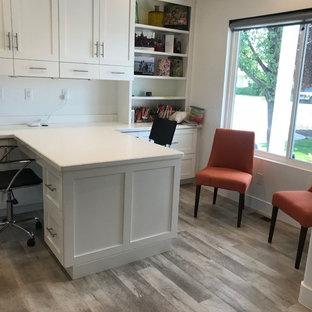 Großes Landhausstil Arbeitszimmer ohne Kamin mit weißer Wandfarbe, hellem Holzboden, Einbau-Schreibtisch und beigem Boden in Salt Lake City