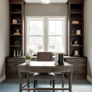 ミネアポリスの中くらいのトランジショナルスタイルのおしゃれな書斎 (グレーの壁、カーペット敷き、暖炉なし、青い床、自立型机) の写真