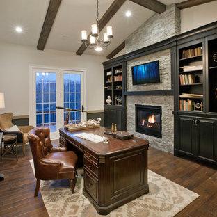 フィラデルフィアのトラディショナルスタイルのおしゃれなホームオフィス・書斎 (グレーの壁、濃色無垢フローリング、標準型暖炉、石材の暖炉まわり、自立型机) の写真