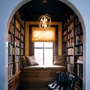 ボストンの中くらいのトラディショナルスタイルのおしゃれなホームオフィス・書斎 (ライブラリー、濃色無垢フローリング、茶色い床、暖炉なし) の写真