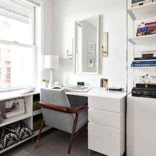 Foto på ett vintage hobbyrum, med vita väggar, ljust trägolv och ett fristående skrivbord