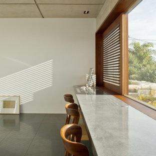 シドニーの広いコンテンポラリースタイルのおしゃれなアトリエ・スタジオ (白い壁、スレートの床、造り付け机) の写真