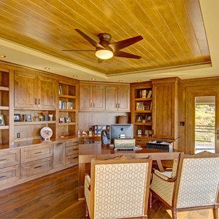 デンバーの広いラスティックスタイルのおしゃれな書斎 (濃色無垢フローリング、暖炉なし、自立型机) の写真