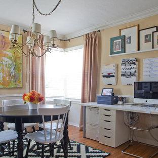 Идея дизайна: кабинет среднего размера в классическом стиле с желтыми стенами, паркетным полом среднего тона и встроенным рабочим столом без камина