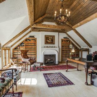 Idee per un ufficio country di medie dimensioni con pareti bianche, parquet chiaro, camino classico, scrivania autoportante e cornice del camino in pietra