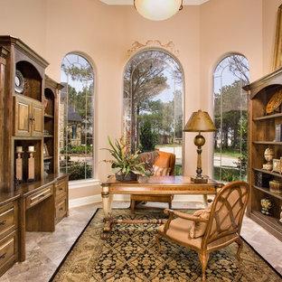 Inspiration för klassiska hemmabibliotek, med travertin golv