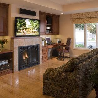 サンフランシスコのトラディショナルスタイルのおしゃれなホームオフィス・書斎 (標準型暖炉、造り付け机) の写真