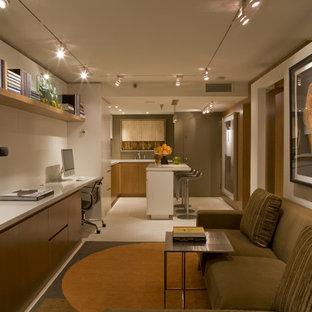 Modelo de despacho actual, pequeño, con paredes blancas, escritorio empotrado, suelo de travertino y suelo beige