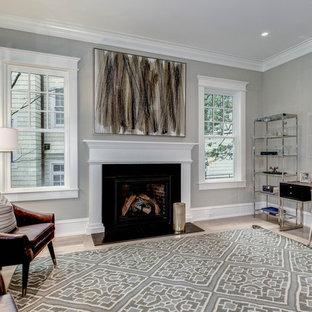 ワシントンD.C.の中くらいのおしゃれな書斎 (白い壁、淡色無垢フローリング、自立型机、ベージュの床、標準型暖炉、木材の暖炉まわり) の写真