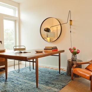Неиссякаемый источник вдохновения для домашнего уюта: кабинет в стиле модернизм с белыми стенами и отдельно стоящим рабочим столом