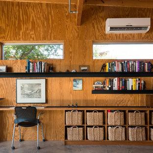 Idéer för att renovera ett industriellt arbetsrum, med betonggolv och ett inbyggt skrivbord