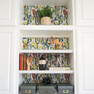 ダラスの小さいおしゃれなクラフトルーム (白い壁、セラミックタイルの床、造り付け机、グレーの床) の写真